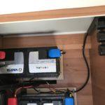 Batterien unter der Dinette. Stromanschluß mit Sicherung und Stecker